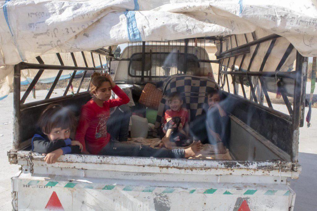 Kinder auf der Ladefläche eines Lastwagen auf der Flucht in Nordsyrien