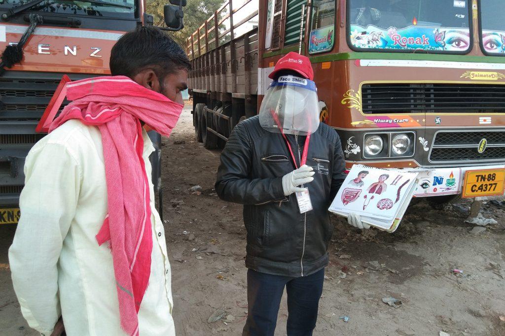 Mitarbeitende des Projekts informieren Trucker in Indien über die Infektionskrankheit Tuberkulose und bieten bei einer Infektion Unterstützung zur Behandlung. © Nai DISHA / DAHW